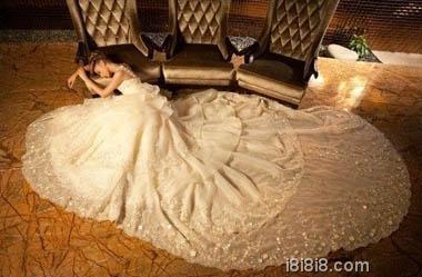 白色纯洁长拖尾时尚婚纱