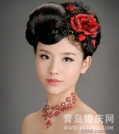 花朵装饰新娘中式礼服发型