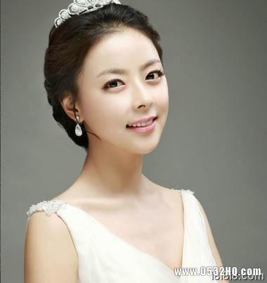 搭配皇冠的韩式新娘发型2