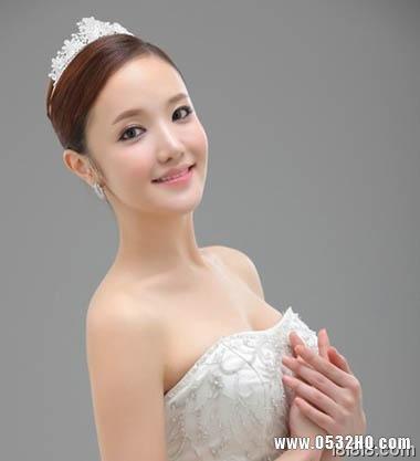 搭配皇冠的韩式新娘发型1