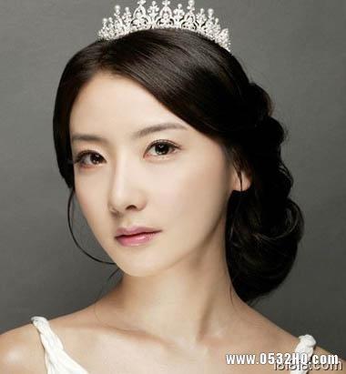 搭配皇冠的韩式新娘发型3