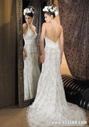 经典优雅拖尾婚纱 展现新娘飘逸气质