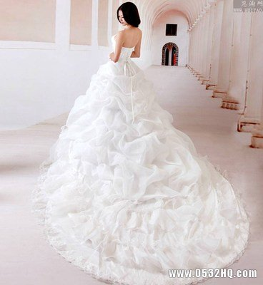 怎样挑选拖尾婚纱 穿拖尾婚纱注意要点