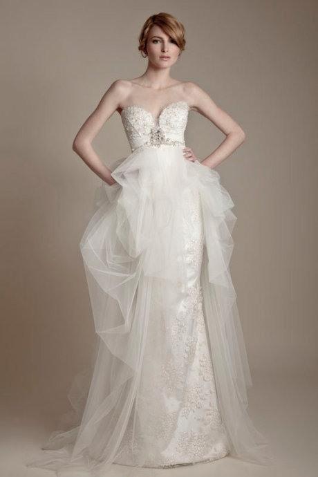 V字领婚纱展现性感新娘