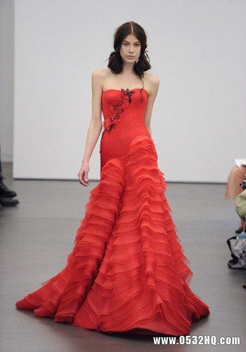 绯红立体褶皱婚纱+红色主题婚礼