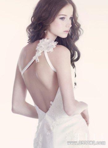 性感新娘露背婚纱 带给宾客惊鸿一瞥