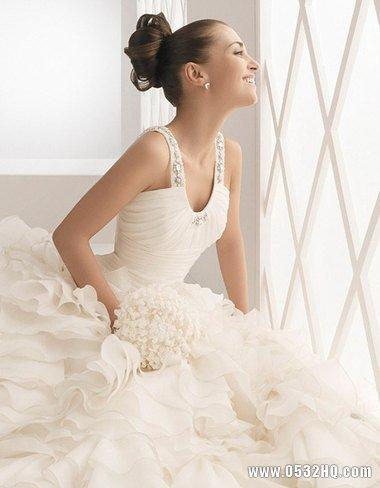 宽肩膀新娘挑选婚纱礼服有讲究