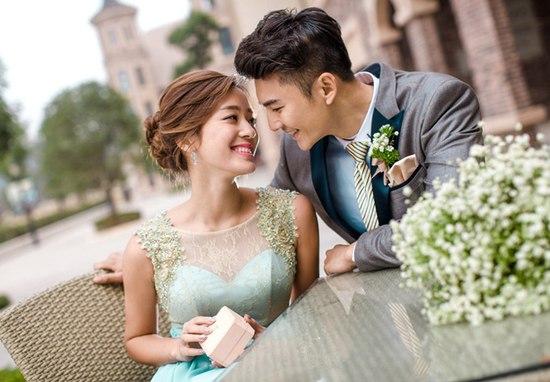 青岛拍一套婚纱照大概多少钱?