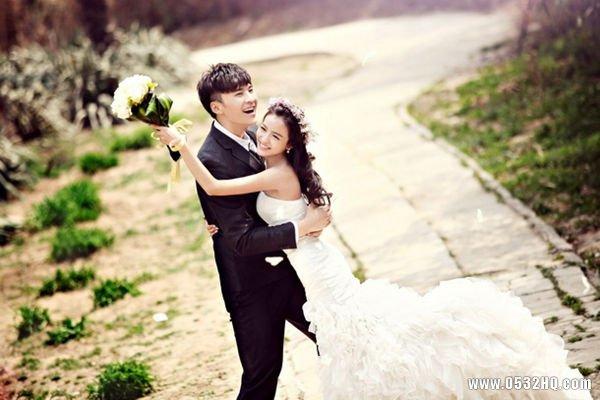 外景婚纱照姿势打造唯美婚纱照